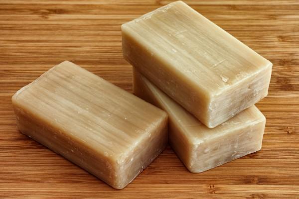 С помощью хозяйстенного мыла можно почистить даже пятна на пуховике