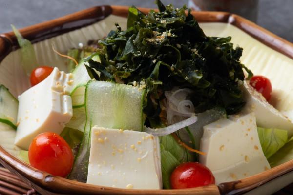 Салат из сыра тофу и морской капусты