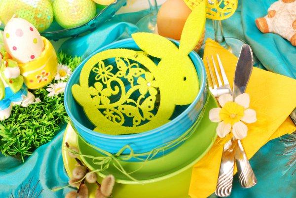 Яркое решение: зеленый, бирюзовый и желтый цвета сервировки, дополненные традиционными пасхальными символами