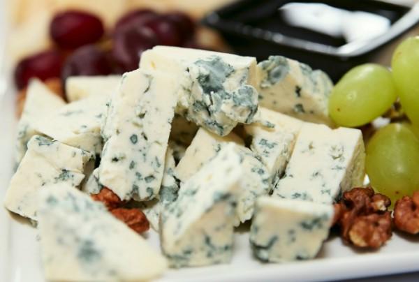 Голубой сыр хорошо сочетается с виноградом