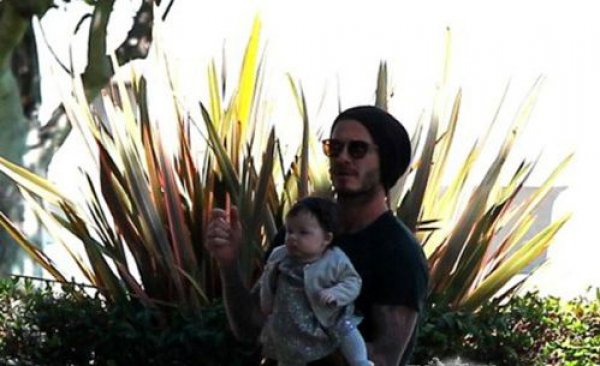 Счастливый папа Дэвид держит дочь на руках