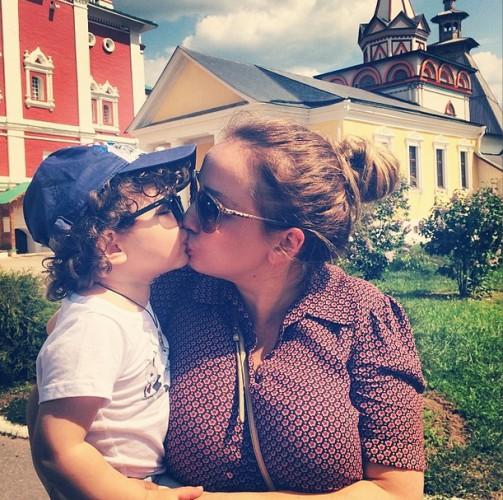 Мама целуется с сыном