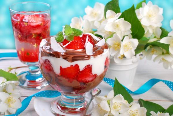 Десерт из клубники с шоколадом