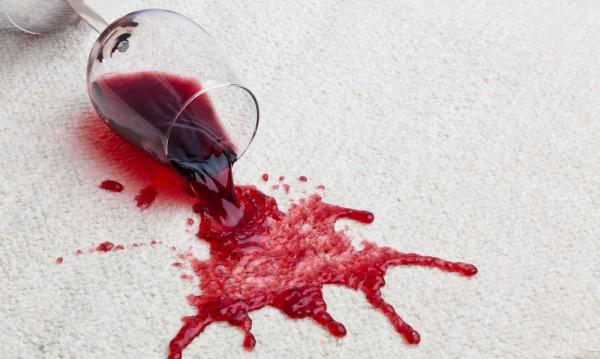 Вино может сильно испортить обивку и ковры