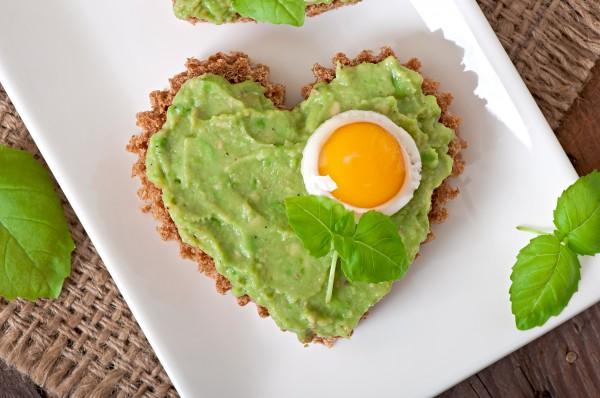 Завтрак в постель на День святого Валентина: яичница с гуакамоле