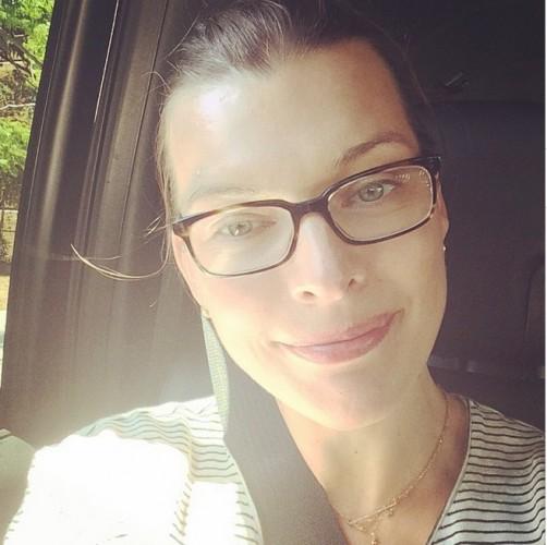 Мила Йовович показала фото без макияжа