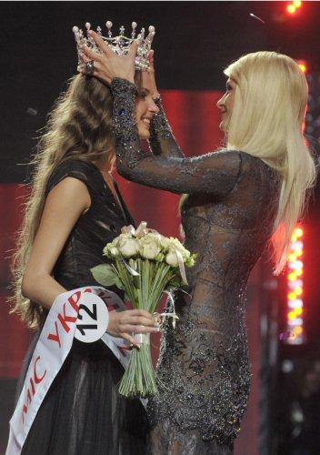Мисс Украина 2011 Ярослава куряча получила корону из рук Пэрис Хилтон