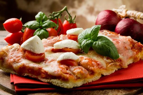 Пицца с помидорами и тунцом