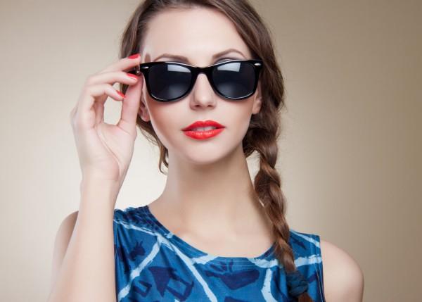 Специалисты рекомендуют отдавать предпочтение солнцезащитным очкам с коричневыми и зелеными стеклами