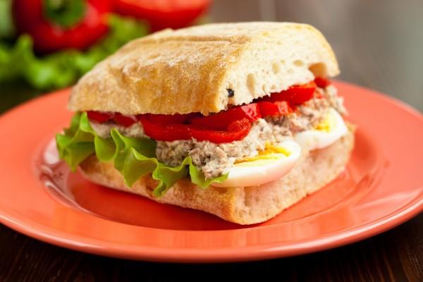 Бутерброд с тунцом на завтрак