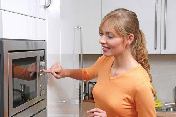 Рекомендации Елены Дрожжиной, домохозяйки по использованию СВ-печей:  1. Не стоит печь пироги и торты в микроволновой печи. Для этого лучше подойдет духовой шкаф. 2. Не протирай поверхность печи жесткими губками. Используй сначала обычную влажную тряпку, а затем сухую.  3. Не разогревай приготовленное блюдо дважды, так как оно становится невкусным. 4. Кофе на молоке. В стакан с молоком добавь полторы чайных ложек молотого кофе и две ложки сахара и перемешай. Поставь напиток в микроволновку на две минуты.