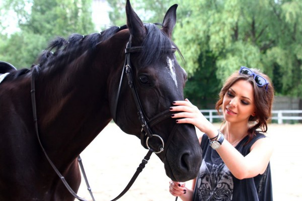 Внучка Софии Ротару Соня Кей снимает стресс катанием на лошадях