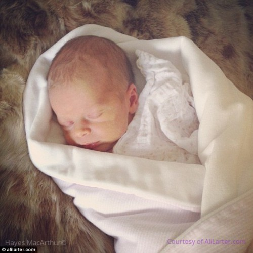 Новорожденная дочь голливудских актеров Эли Лартер и Хэйеса Макартура