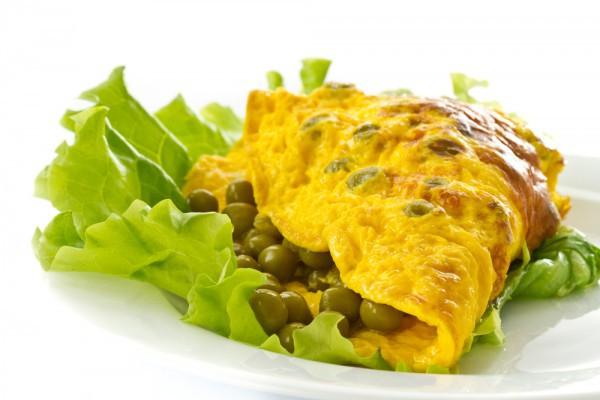 В омлет можно добавлять не только пряные травы, но и зеленый горошек