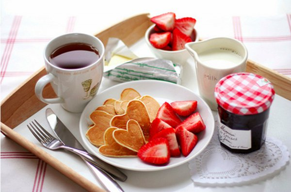 Романтический завтрак не менее важен, чем ужин при свечах