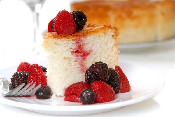 Ангельский торт готовят из яичных белков.