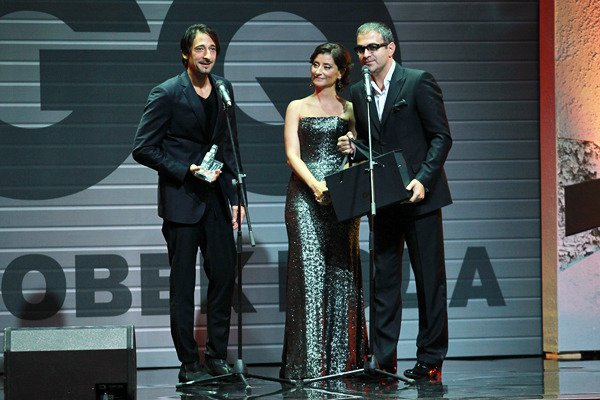 Эдриан Броуди приехал на церемонию в смокинге Diesel Black Gold и получил специальный приз Икона стиля
