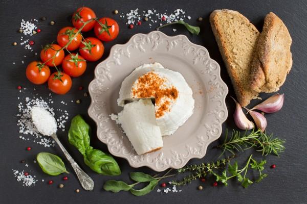 Домашняя рикотта с хлебом и томатами