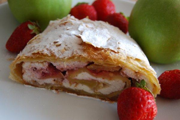 Бисквитный торт с фруктами и желе