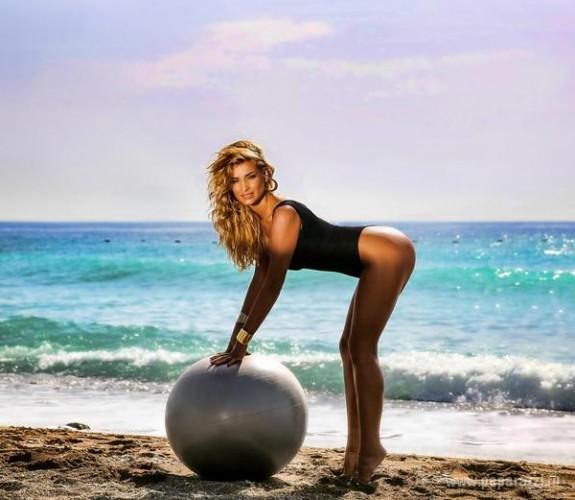 Татьяна Котова показала эротический танец на шаре