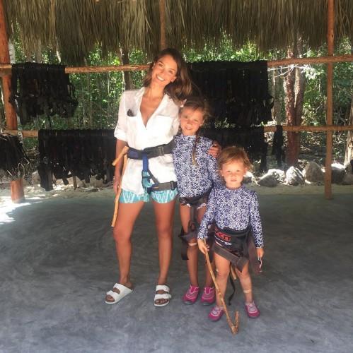 Джессика Альба отдохнула с детьми в Мексике