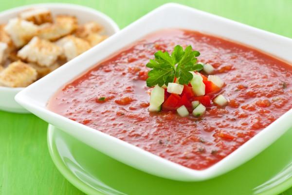 Испанский томатный суп подают с оливковым маслом и соусом табаско
