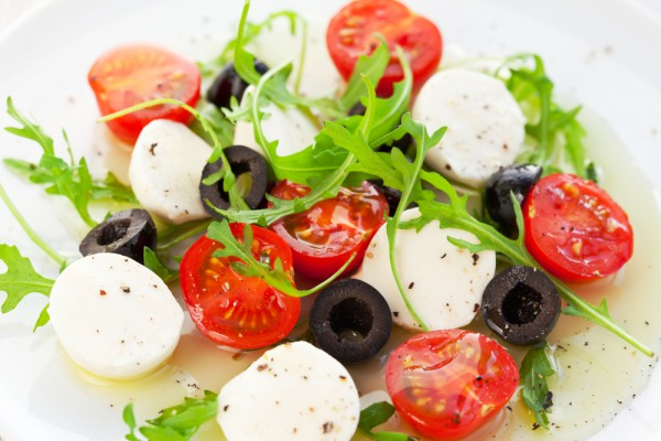 Базилик можно заменить рукколой, и добавить в салат в оливки.
