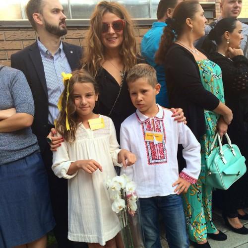 Жанна Бадоева с дочерью Лолитой на линейке