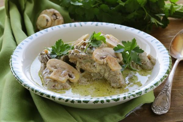 Рецепт                  Кролик в сметанно-грибном соусе