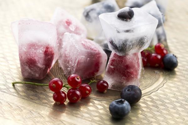 Кубики льда с ягодами
