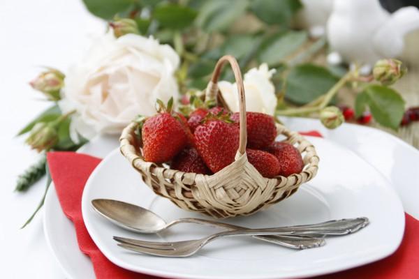 На тарелки поставь плетенные корзинки с клубникой