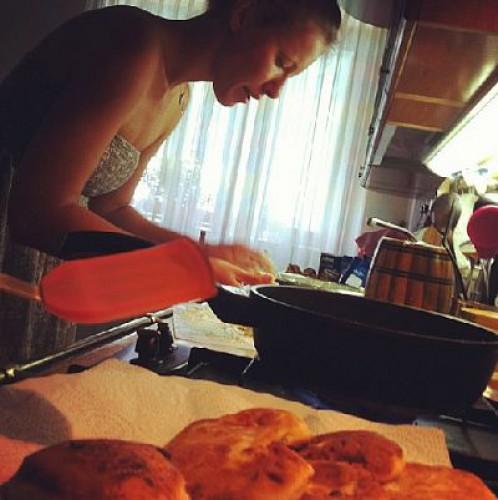 Ксения Собчак учится готовить