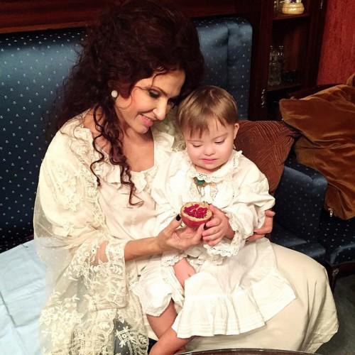 Эвелина Бледанс с двухлетним сыном Семеном