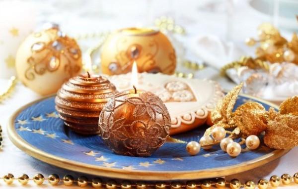Декорируй стол свечами в виде елочных игрушек