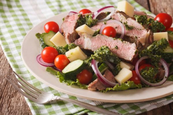Салат с говяжьим стейком и овощами