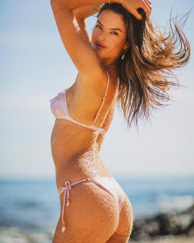 Алессандра Амбросио показала горячие фото в бикини
