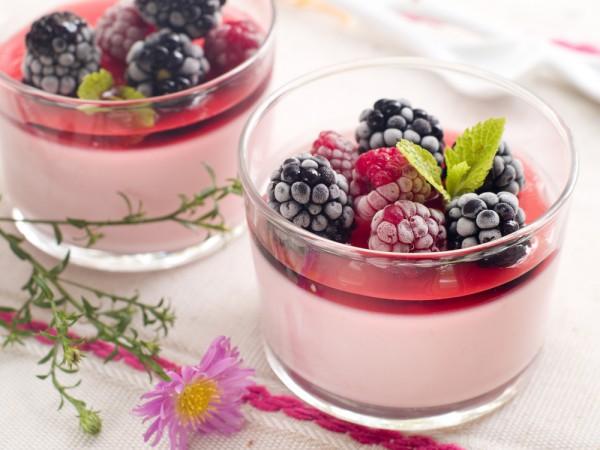 Десерт из малины и ежевики