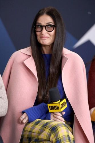 Деми Мур показала, как выглядит идеальное пальто