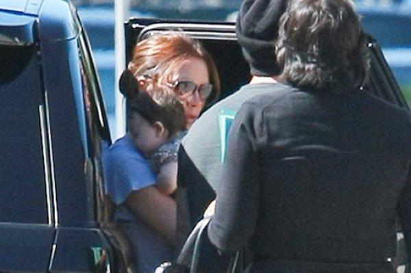 Виктория Бекхэм держит на руках 3-месячную дочь