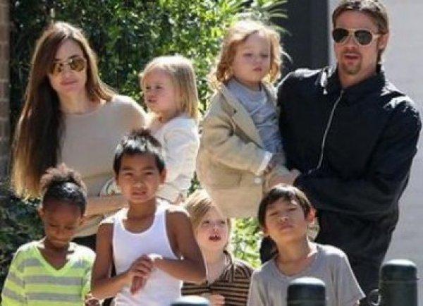 Брэд Питт и Анджелина Джоли на прогулке со всеми своими шестью детьми