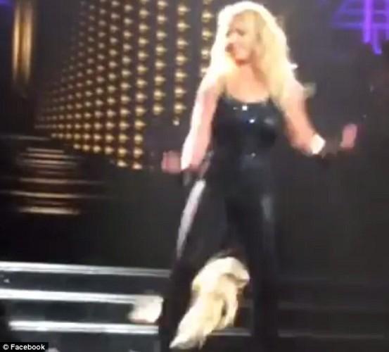 Бритни Спирс потеряла волосы во время своего выступления