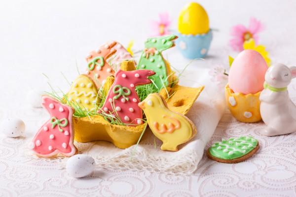 Пасхальное печенье можно украсить разноцветной глазурью