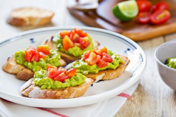 Тосты с гуакамоле и помидорами