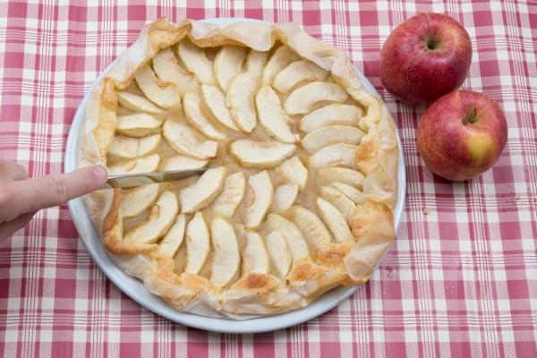 Яблочная галета из слоеного теста Ингредиенты: 200 г слоеного теста 4-5 ст.л. яблочного пюре 2-3 яблока сахар пряности