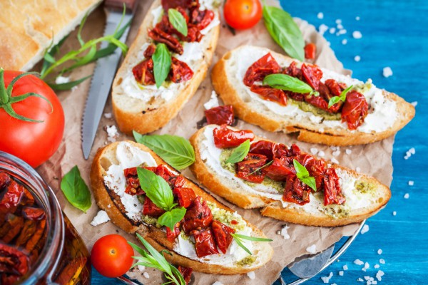Рецепты на Новый год 2017 с фото: брускетта с вялеными томатами