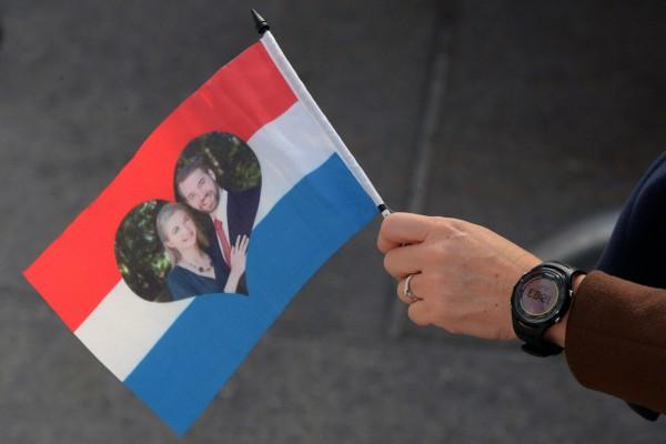 Туристы с удовольствием скупают флажки с изображением молодоженов