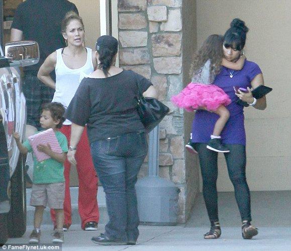 На прогулку с детьми Джей Ло не красится