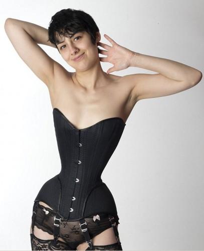 Талия 24-летней немки Мишель Кобке составляет всего 40 см
