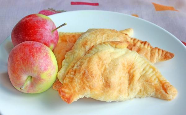 Рецепт                  Пирожки из слоеного теста с изюмом и яблоками