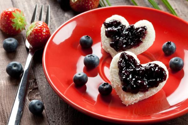 Обычные тосты с вареньем можно вырезать в форме сердец